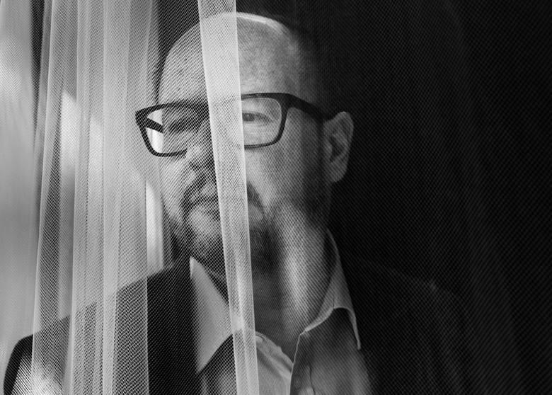 Zdjęcie pojedyncze - III miejsce w kategorii PORTRETGdańsk. Paweł Adamowicz w swoim gabinecie. Był prezydentem Gdańska nieprzerwanie od 1998 do 2019