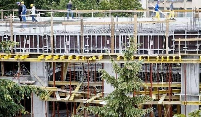 W sierpniu 2011 roku podczas wylewania drugiego piętra stropu usługowo-biznesowego u zbiegu ulicy Legionowej i Alei Bluesa w Białymstoku zawaliła się