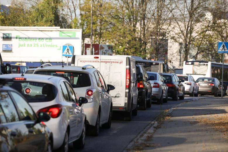 Kraków. Milion aut, potworne korki i smog. Ponad dwie trzecie pojazdów ma ponad 10 lat. Potrzeba radykalnych działań, jak na Zachodzie