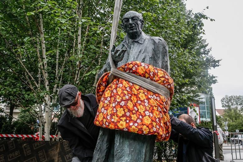 Uroczyste odsłonięcie pomnika prof. Władysława Bartoszewskiego w Sopocie już w niedzielę, 5 lipca. Tak wyglądały ostatnie prace
