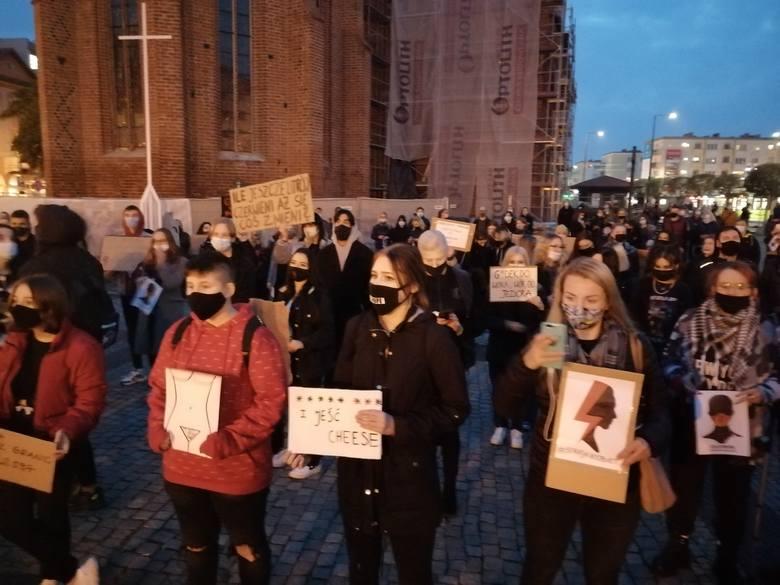 Na placu przy gorzowskiej katedrze zgromadziło się kilkaset osób. Protest zabezpiecza policja.