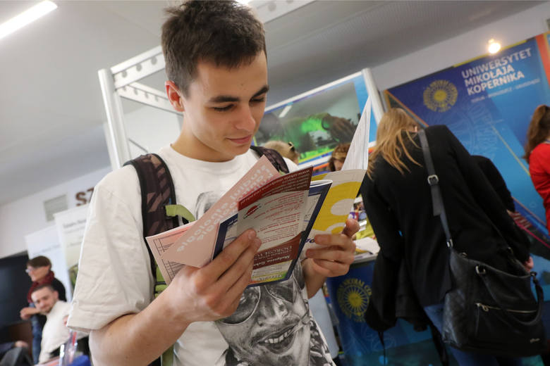 Wszyscy maturzyści muszą zdać egzaminy z języka polskiego, matematyki i języka obcego. Obowiązkowe jest też podejście do jednego przedmiotu z długiej