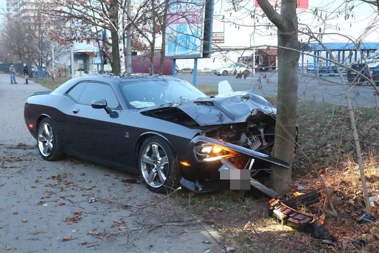 Pracownik myjni rozbił na drzewie drogi samochód klienta (ZDJĘCIA)
