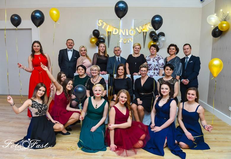 Uczniowie Zespołu Szkół Ponadgimnazjalnych w Dobrodzieniu bawili się na balu maturalnym 26 stycznia w Park Hotelu w Dobrodzieniu.Na balu studniówkowym