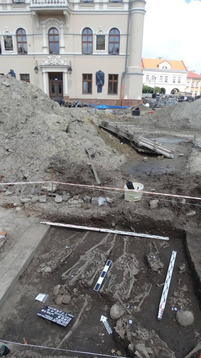 Jarosławski Rynek odsłania kolejne tajemnice. Archeolodzy wciąż odkrywają na nim fascynujące ślady przeszłości miasta