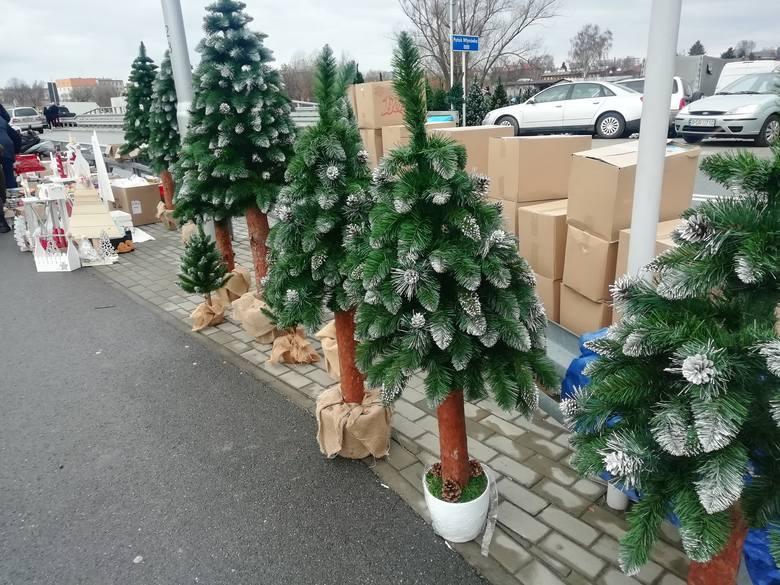 Święta coraz bliżej, więc mieszkańcy Rzeszowa i okolic tłumnie wybrali się dziś na giełdę przy Dworaka. Jedni szukali swetrów, spodni, kurtek, płaszczy