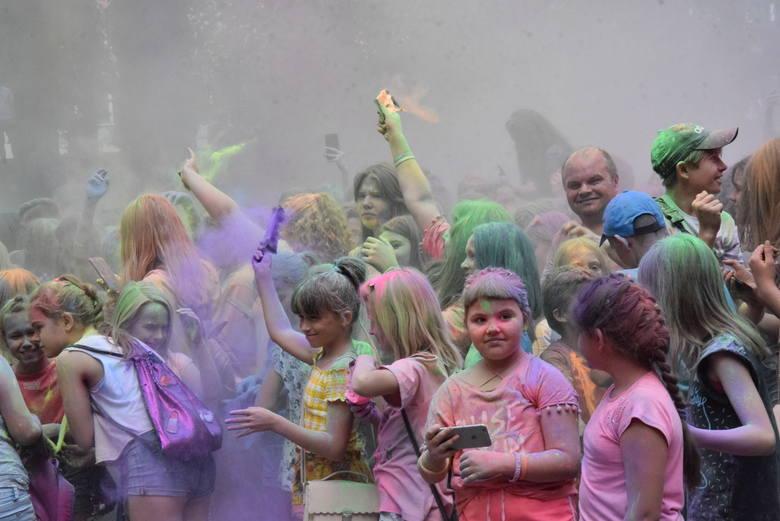 Eksplozja Kolorów to przede wszystkim świetna kolorowa zabawa. Nic dziwnego, że większość jej uczestników to młodzież oraz rodziny z małymi dziećmi.