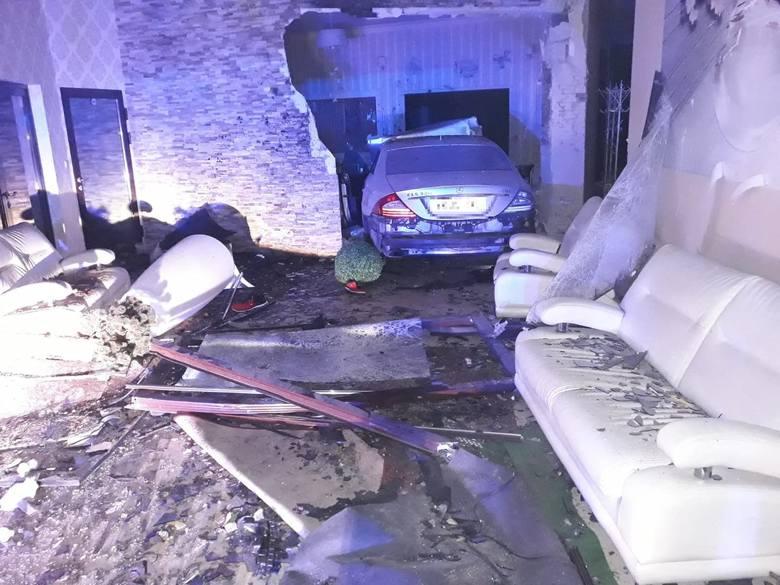 Dziś w nocy pijany 22-latek kierujący mercedesem wjechał do sali bankietowej jednego z lokali w Aleksandrowie Kujawskim. Grozi mu kara pozbawienia wolności,