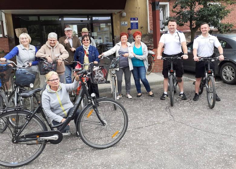 Tucholscy policjanci służyli seniorom radami, jak bezpiecznie poruszać się podczas jazdy na rowerze