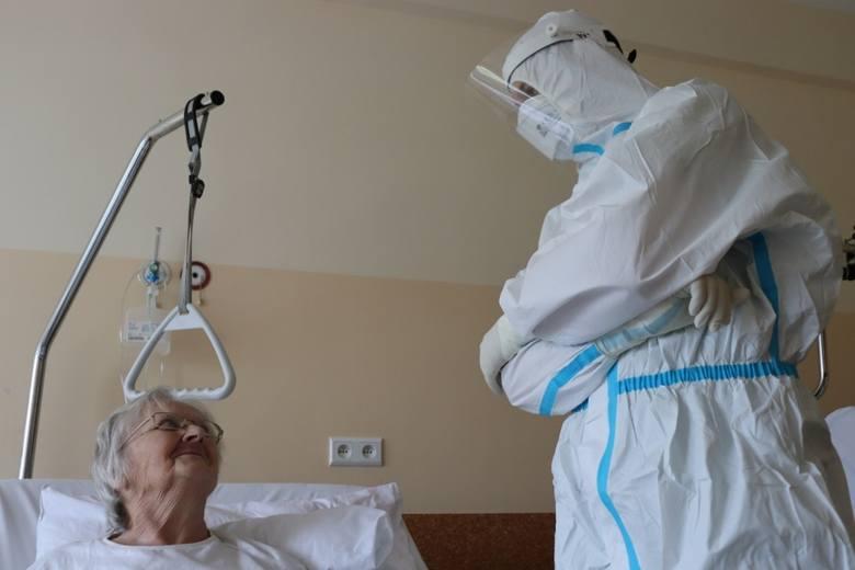 Zakażona koronawirusem 78-latka spędziła 40 dni w szpitalu. Jej stan był ciężki