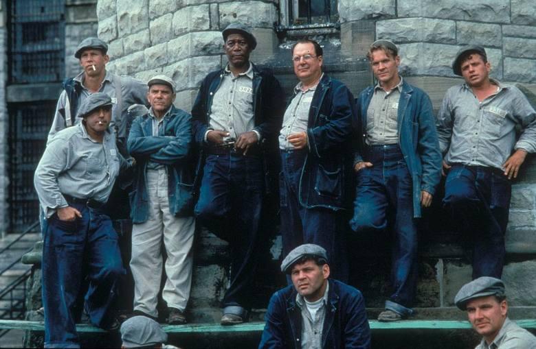 """""""Skazani na Shawshank""""Mistrzowsko zrealizowany dramat oparty na opowiadaniu Stephena Kinga. Młody bankier Andy Dufresne (Tim Robbins)"""