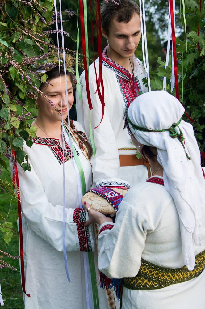 Żerczyni błogosławi młodą parę. Za chwilę dokona się duchowe połączenie Ludmiły oraz Jaczewoja. Chleb symbolizuje płodność oraz wspólną drogę życia.