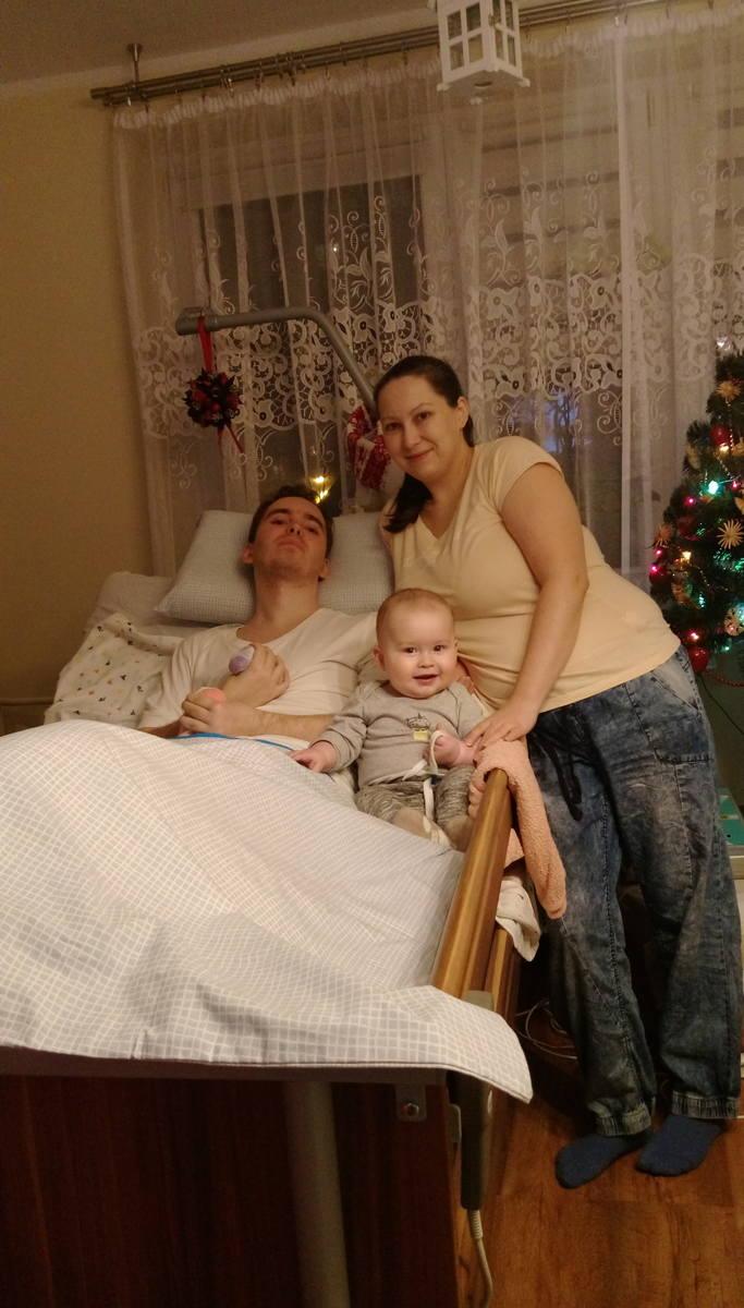 Uśmiechnięty Michał z siostrą Alicją i jej synkiem Michasiem. Już w domu, gdzie wrócił w przeddzień świąt Bożego Narodzenia