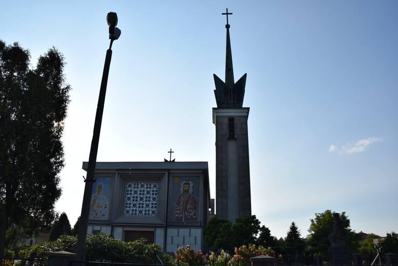 Wola Filipowska na starych fotografiach. Zdjęcia przypominają budowę kościoła, montażu dzwonów, pogrzeby i życie wsi