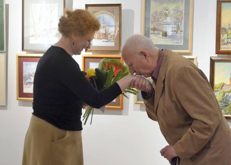 Kwiaty z okazji  jubileuszu 70 lecia pracy twórczej wręczyła Henrykowi Sarnie Agata Morgan.