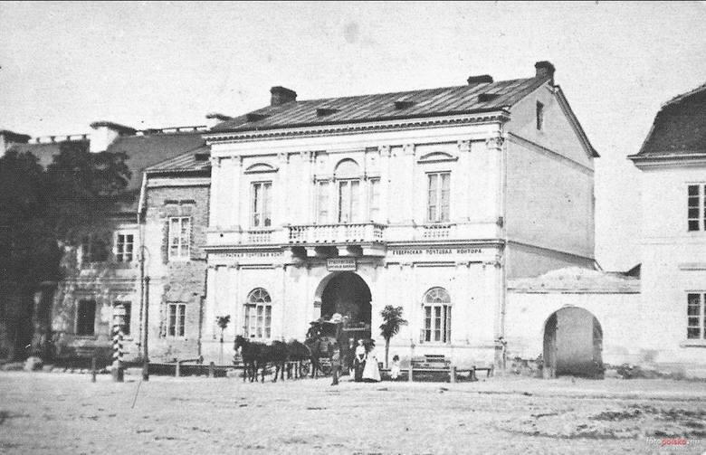 1881 , Karetka pocztowa przed urzędem pocztowym przy ul.Malczewskiego. Zdjęcie z archiwum Muzeum im.Jacka Malczewskiego.