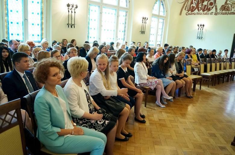 Nagrody dla zdolnych inowrocławskich uczniówUroczystość odbyła się w sali sesyjnej ratusza