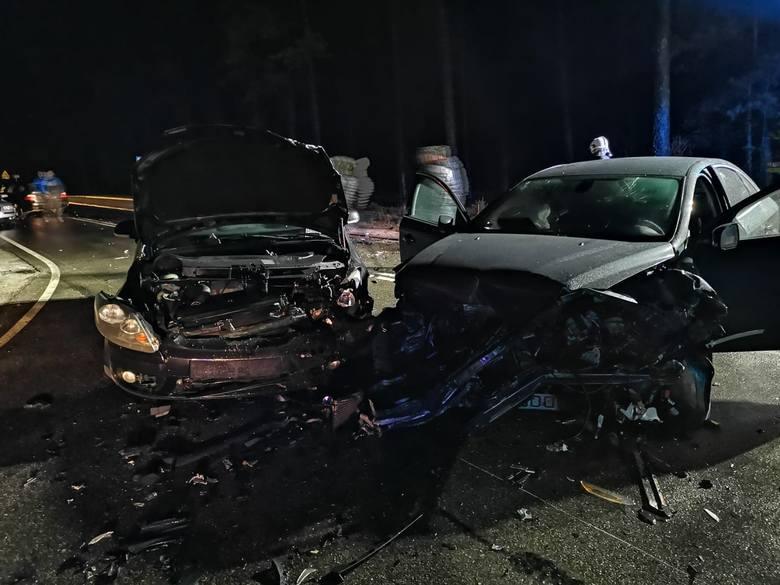 Osiem osób zostało poszkodowanych w wypadku, do jakiego doszło w poniedziałek wieczorem na drodze krajowej nr 20 między Bytowem i Kościerzyną na skrzyżowaniu