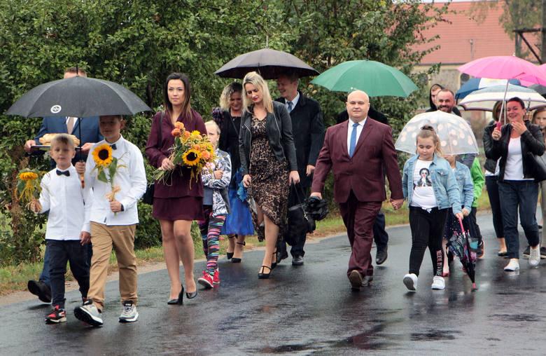 Święto plonów w gminie Rogóźno obficie zakrapiane deszczem. Po mszy dziękczynnej korowód dożynkowy przemaszerował na miejsce uroczystości na plac przy