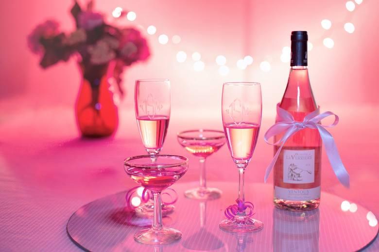 <strong>Markowe wino</strong><br /> Dobry alkohol to również sprawdzony pomysł. Lampka markowego wina z pewnością nada walentynkowemu wieczorowi odpowiedniego smaku.<br />