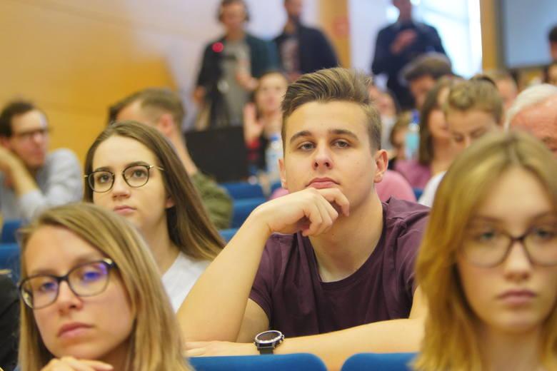 Wybory do Parlamentu Europejskiego: Debata liderów list na poznańskim UAM. Studenci zadają pytania kandydatom