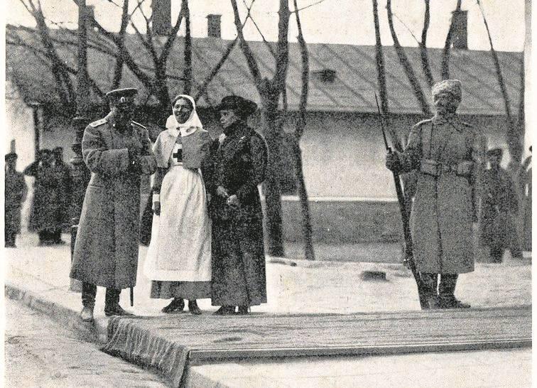 """Rosyjscy żołnierze we Lwowie na obrazie Tadeusza Rybkowskiego """"Wigilia 1914""""."""