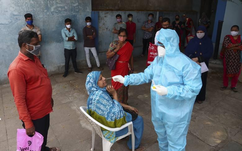 Covidowy horror w Indiach. Dramatyczny apel lekarza: Błagam o tlen, bo moi pacjenci się duszą (VIDEO)