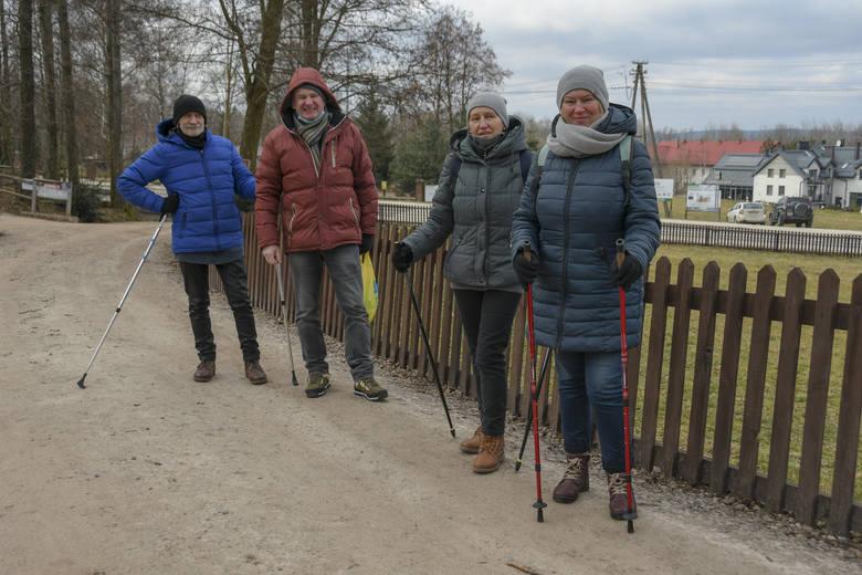 Ładna pogoda ściągnęła wielu turystów do Świętej Katarzyny i do wejścia się na Łysicę. Przy bramie na teren Świętokrzyskiego Parku Narodowego spotkaliśmy