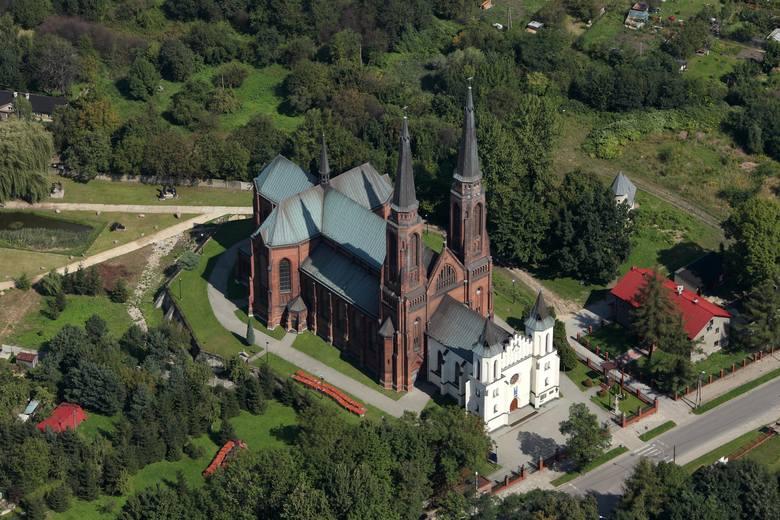 Pierwszy kościół w Zagórzu wzniesiono w latach 1848-1852. Dziś jest przedsionkiem większej świątyni pw. św. Joachima, którą dobudowano w latach 1898-1908.