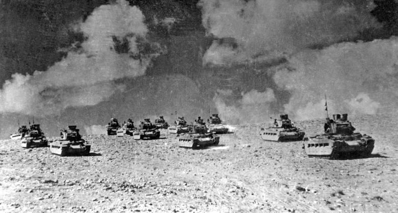 Alianckie czołgi pod Tobrukiem w 1942 r. Przygotowują się do ofensywy przeciwko Afrika Korps gen. Erwina Rommla