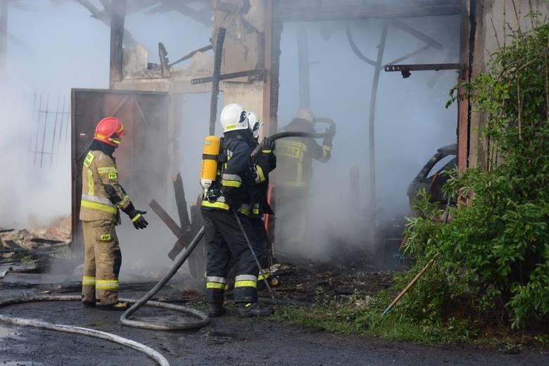 Pożar w Grudziądzu. Spłonął warsztat samochodowy [zdjęcia]