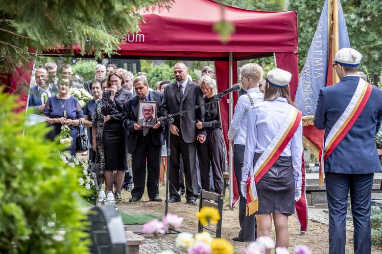 W piątkowe popołudnie na cmentarzu junikowskim w Poznaniu odbył się pogrzeb prof. Wiesława Siwińskiego. Żegnali go najbliżsi, przyjaciele, znajomi i