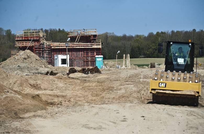 """W naszym regionie trwa budowa obwodnicy Koszalina i Sianowa w ramach realizacji drogi ekspresowej S6. W piątek odwiedziliśmy plac budowy. Zobaczcie zdjęcia i wideo.<br /> <br /> <iframe width=""""560"""" height=""""315"""" src=""""https://www.youtube.com/embed/10D_LxI_CZs"""" frameborder=""""0""""..."""