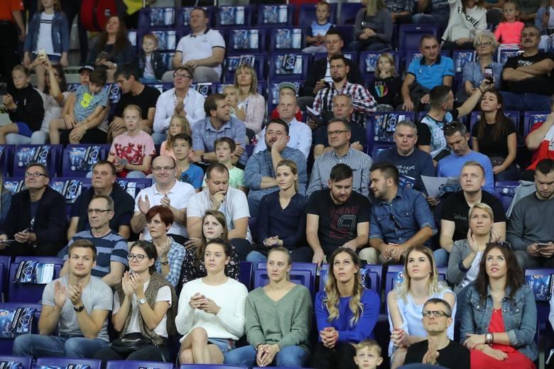 Kibice tłumnie stawili się na meczu Stoczni Szczecin. Niestety, mecz nie odbył się do końca z powodu awarii. CZYTAJ WIĘCEJ:■ Skandal na meczu siatkarzy.