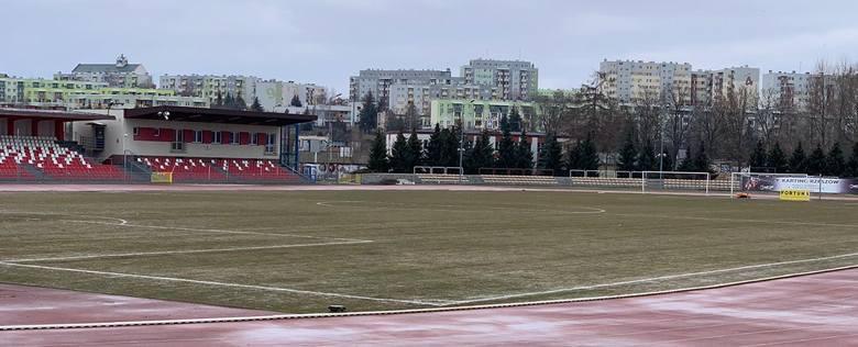 Zielona murawa stadionu Resovii czeka już gotowa na obie ekipy.