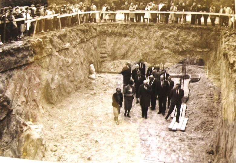 Rok 1986, wmurowanie kamienia węgielnego pod budowę basenu. Inwestycja nigdy nie zostala zrealizowana