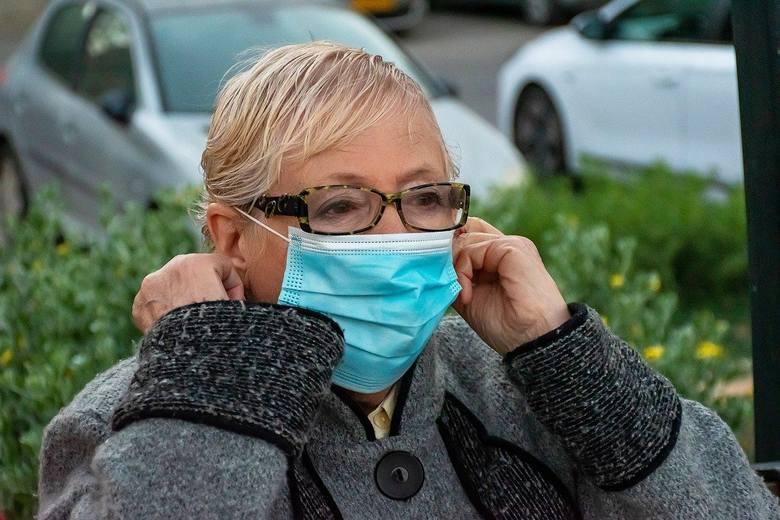 Odkąd noszenie maseczek (lub w inny sposób zakrywanie ust i nosa) stało się obowiązkowe, wiele osób skarży się, że ciężko się w nich nie tylko przemieszcza,
