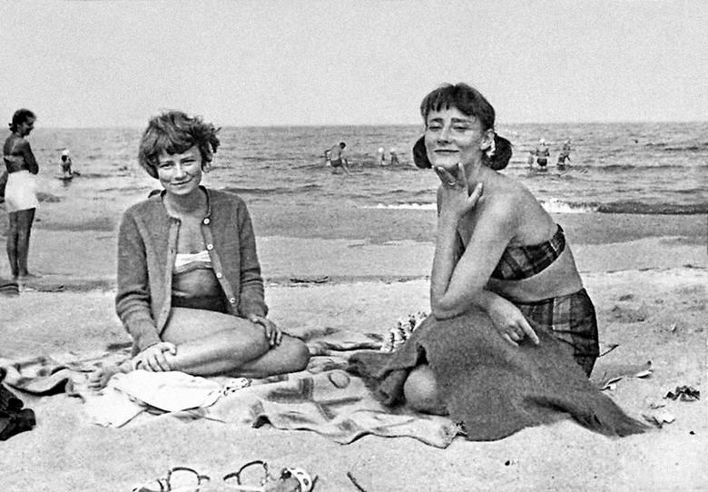 Halina Poświatowska z siostrą Małgorzatą na wakacjach w Cetniewie