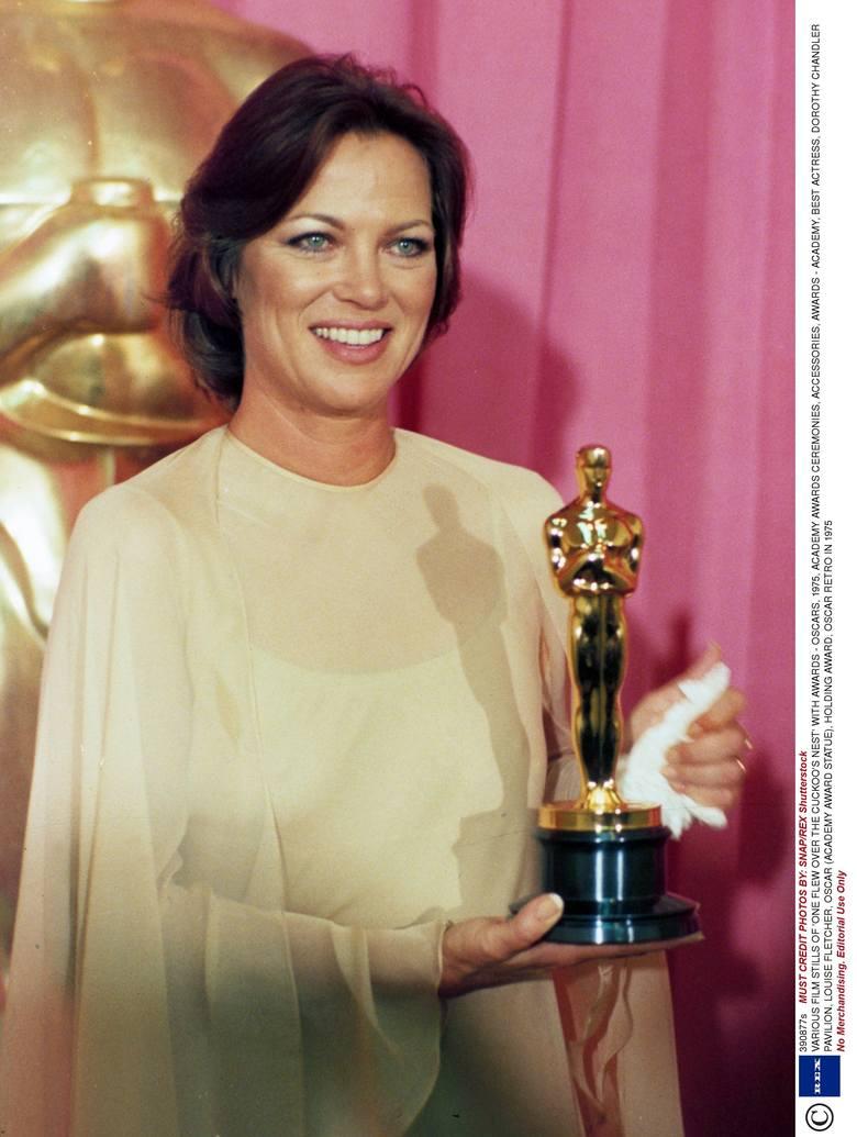 """Louise Fletcher z Oscarem dla najlepszej aktorki za rolę w filmie """"Lot nad kukułczym gniazdem"""" (1976 r.)"""