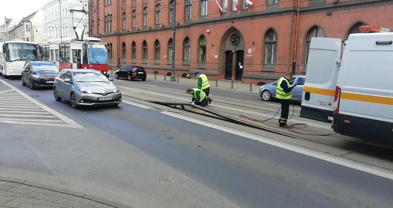 Torowisko na ul. Jagiellońskiej, na wysokości poczty, zostało zablokowane. Znów wyskoczyła szyna. Doszło do utrudnień w ruchu tramwajów. Torowisko zostało