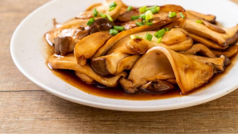 """Ze względu na swoją strukturę i sporą """"wytrawność"""" smaku (umami), grzyby są dobrym zamiennikiem mięsa. Szczególnie wdzięczne pod tym"""