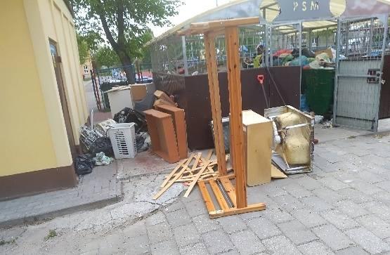 Bałagan, przepełnione kontenery i podrzucane śmieci.