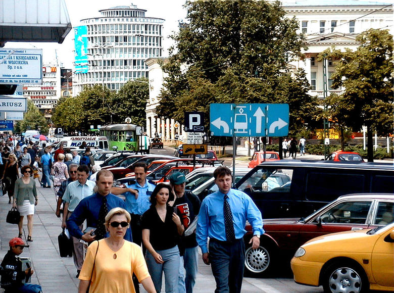 Plac Wolności z parkującymi na chodniku autami. Dzisiaj wiele w tym miejscu się zmieniło, prawda?Przejdź dalej i zobacz kolejne zdjęcia --->