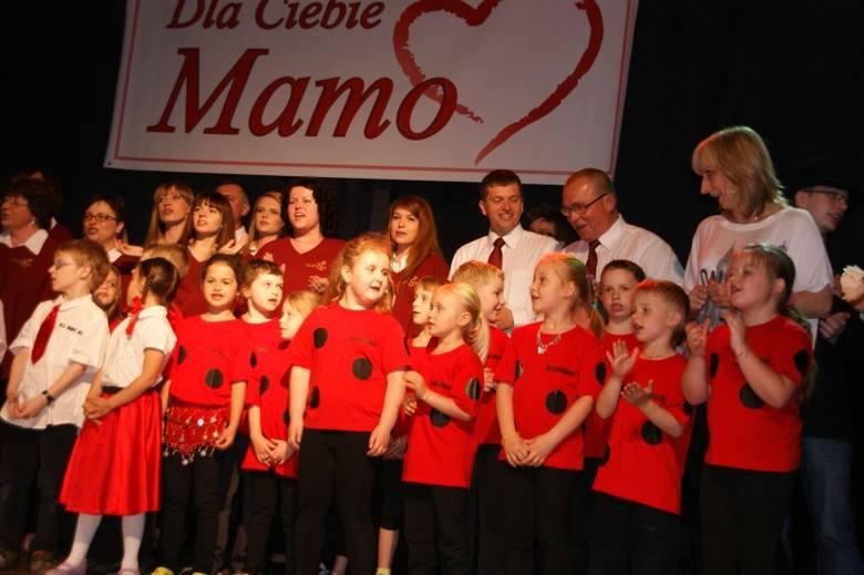 """""""Dla Ciebie, Mamo"""" - tak nazywał się koncert charytatywny, który już po raz czwarty zorganziowano w Oleśnie. Na scenie w sali widowiskowej Miejskiego"""