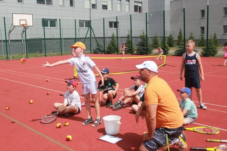 Ostrołęka. Wakacyjne zajęcia z tenisem ziemnym w Ostrołęce cieszyły się dużym zainteresowaniem wśród najmłodszych