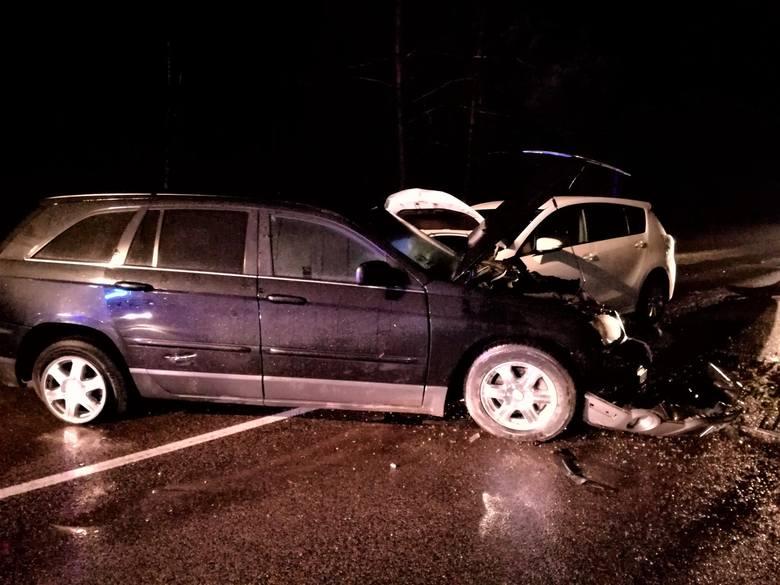 Do szpitala trafiły 4 osoby: pasażerka opla, kierowca i pasażerka z Chryslera i kobieta z toyoty.