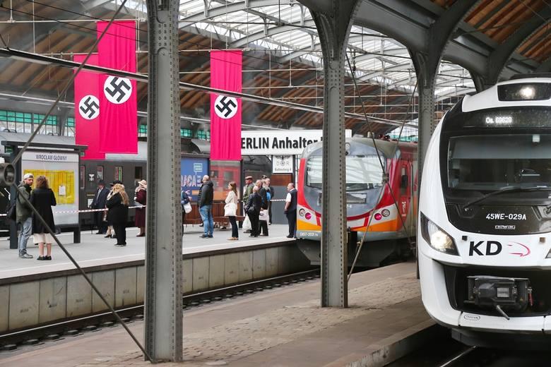 Hitlerowskie flagi na peronach Dworca Głównego. Co się tam dzieje?