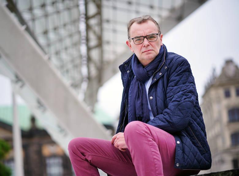 """Piotr Gajdziński, kiedyś poznański dziennikarz, później rzecznik prasowy BZ WBK, dziś pisarz, autor m.in. biografii Gomułki, Gierka i Jaruzelskiego, książkę """"Delfin. Mateusz Morawiecki"""", napisał z synem Jakubem."""