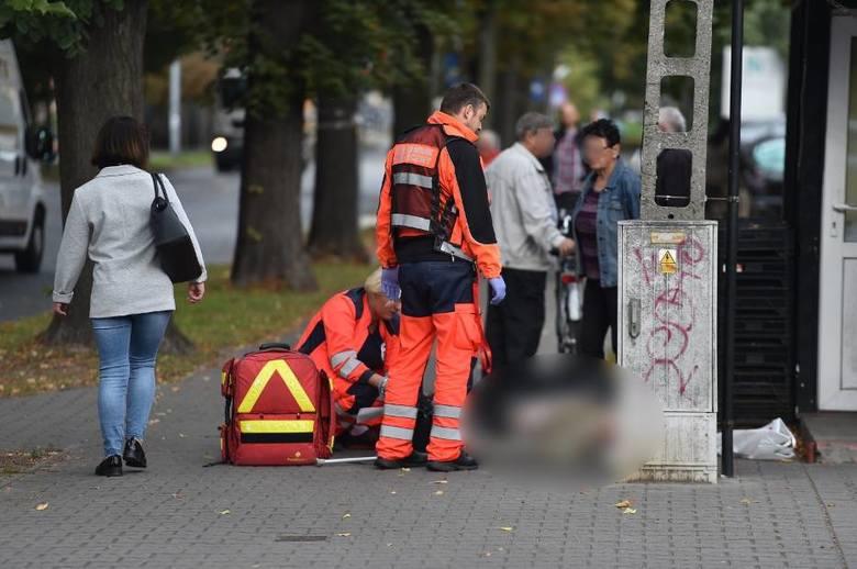 Na chodniku przy skrzyżowaniu 17 Stycznia i Ułańskiej w Lesznie przewrócił się starszy mężczyzna. - Pobiegłam do przychodni po przeciwnej stronie ulicy,