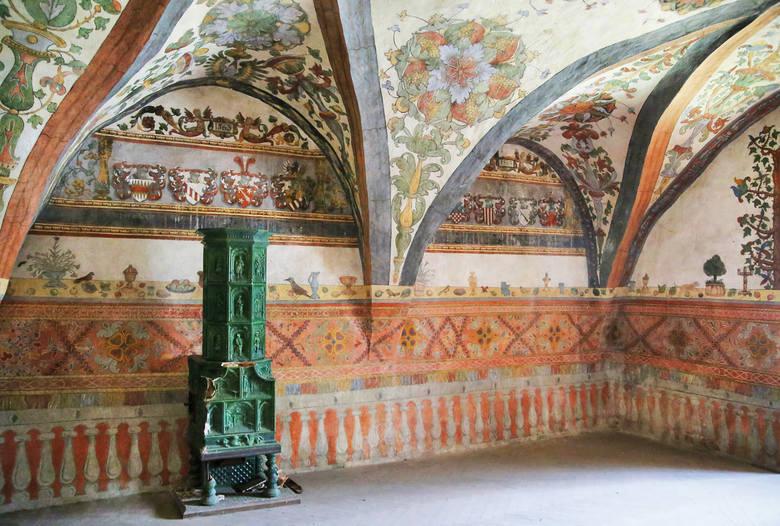 We wschodnim skrzydle pałacu zachowały się przepiękne renesansowe polichromie